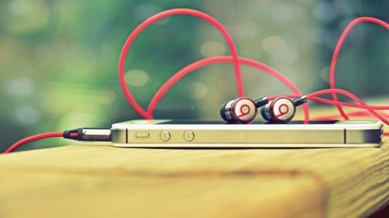 iphone-4s-beats-headphones