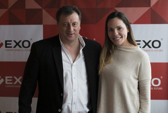 Javier Mussi, gerente de Marketing y Prensa de EXO y la leona Noel Barrionuevo.